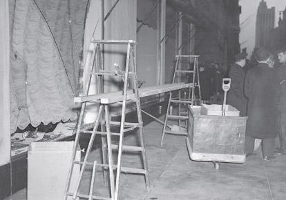 ダリがガラスを破った後、ボンウィット・テラーのショーウィンドー(1939年 撮影者不明)